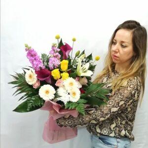 Composición floral hecha con flores muy frescas