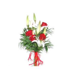 Cuatro rosas con lilium