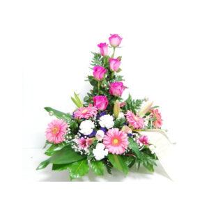 Centro floral funerario en tonos rosa