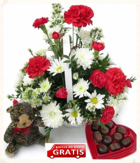 Arreglo floral con bombones y peluche